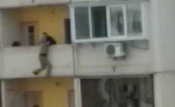"""В Киеве женщина попыталась свести счеты с жизнью, видео: """"У меня сын в аду, мне надо к нему"""""""
