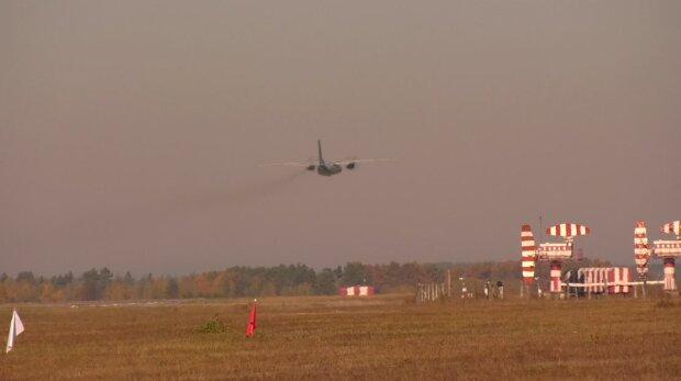 ЧП случилось с самолетом под Киевом: первые подробности и кадры последствий