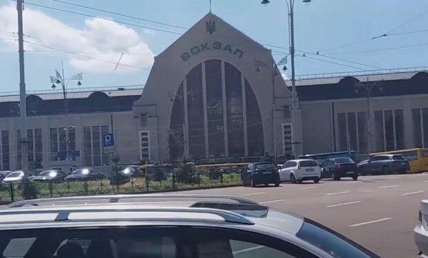 Термінова евакуація людей і копи всюди: що відбувається на київському вокзалі