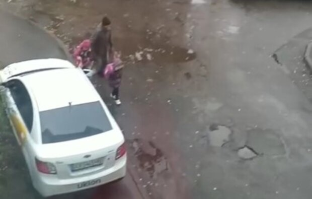 """В Харькове водитель поставил под угрозу жизни детей, кадры: """"На замечания не реагирует"""""""