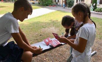 """На Одесчине школьникам приходится учится на улице, фото: """"Парты вынесли во двор"""""""