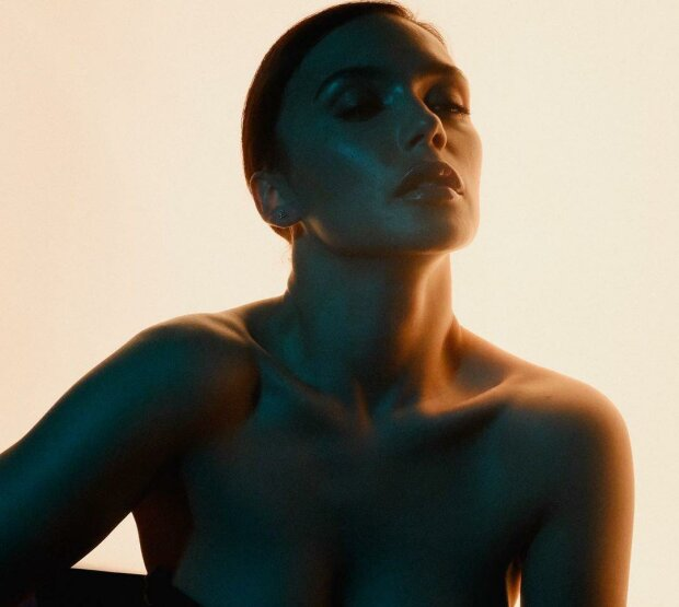 Пышногрудая экс-солистка «Серебро» едва удержала свое «богатство» в купальнике: кадры сводят с ума