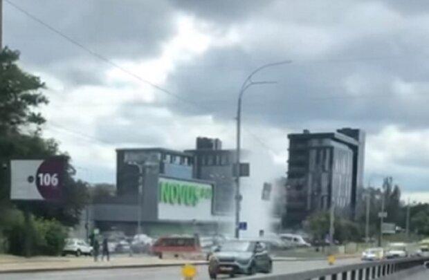 """Огромный гейзер ударил из-под земли в центре Киева, видео: """"Прямо Исландия"""""""