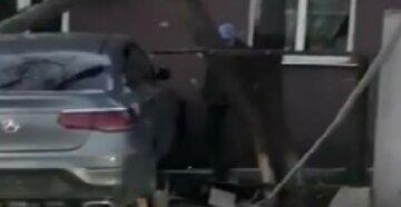"""Елітний автомобіль без номерів влетів у житловий будинок під Харковом, фото: """"зніс огорожу і..."""""""