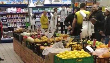 Швырял бутылки: неадекват накинулся с кулаками на подростка в супермаркете, кадры