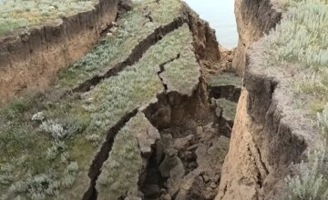 """Мощная стихия нанесла удар по курорту под Одессой: """"кусок поселка ушел в море"""", видео"""