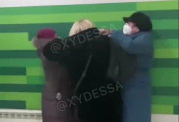 """В Одессе женщины устроили драку в Приватбанке, видео: """"Ты такая тва..."""""""