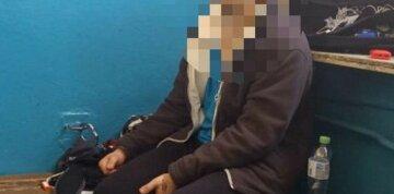 Чоловік вирішив проїхатися в метро із забороненими речовинами, фото: терміново з'їхалася поліція
