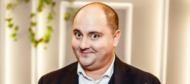 """Щасливого Юрія Ткача з """"Квартал 95"""" застали під пологовим будинком, фото сімейства: """"Малмшка така кумедна"""""""