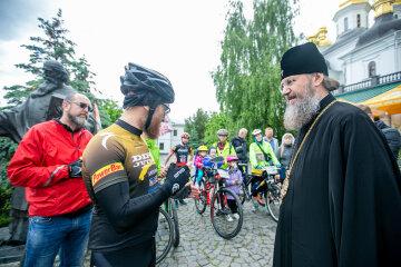 Верующие УПЦ на велосипедах отправились в 450-километровое паломничество из Киева в Почаев