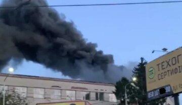 """Масштабна пожежа охопила завод, кадри вогняної НП: """"стовпи диму видно здалеку"""""""