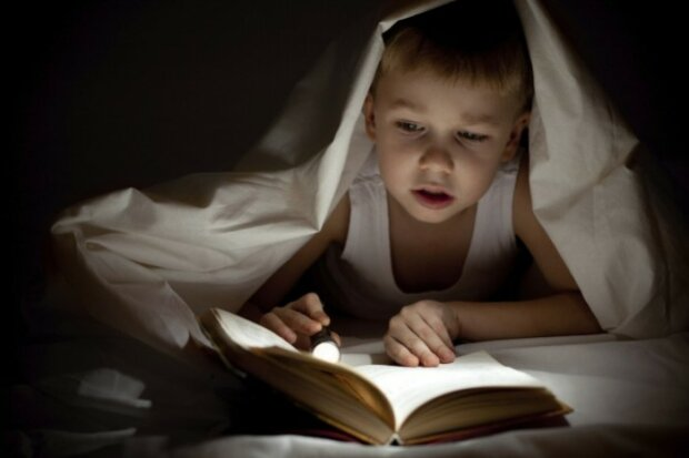ребенок книга читает