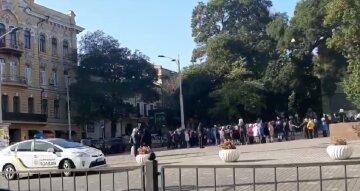 ЧП в одесской школе, детей срочно вывели на улицу: кадры происходящего