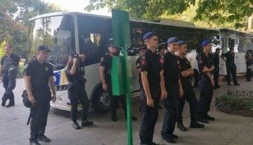 У центр Одеси стягнули багато автобусів з силовиками: кадри того, що відбувається