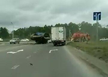 Танк перекинувся і впав на вежу посеред дороги: фото і відео аварії в Росії