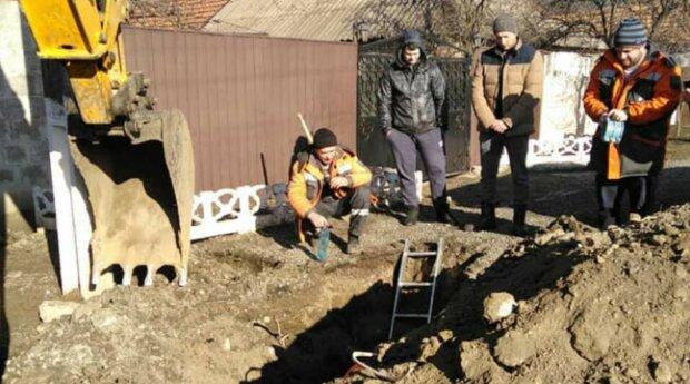 """У Кривому Розі кинулися на розкопки """"скарбів"""", фото: """"прямо біля приватних будинків"""""""