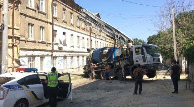 Бетономішалка пішла під землю в центрі Одеси: відео НП