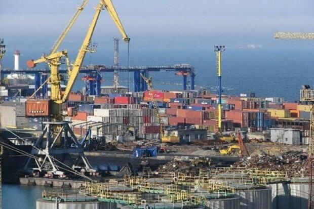 """""""Стійте і платіть бабки"""": в одеському порту влаштували тисняву з-за карантину, фото"""