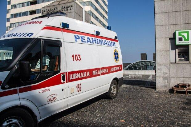 Автохам не дал проехать скорой на срочный вызов и избил медиков, человек умер