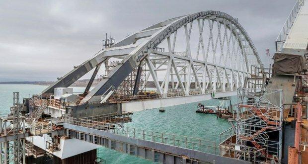 На Керченской переправе ЧП: капитан судна прорывался к мосту, фото