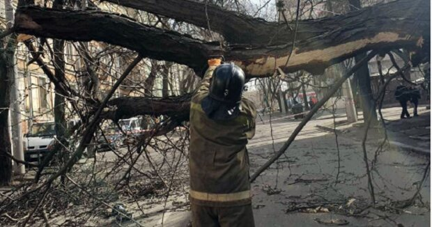 Ураган зруйнував будинок в Одесі, під завалами жінка: кадри НП