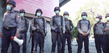 """Военный переворот в Мьянме, люди штурмуют банки и рынки: """"Президента схватили..."""", появились фото"""