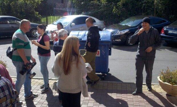 Последствия карантина: в Одессе мужчина сражался с мусорным баком, видео боя попало в сеть