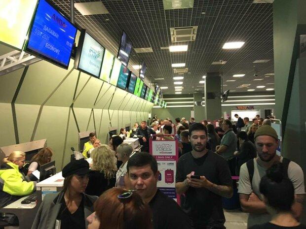 """Справжнє пекло: в київському аеропорту тримають """"в заручниках"""" пасажирів з дітьми, поліцію просять про допомогу"""