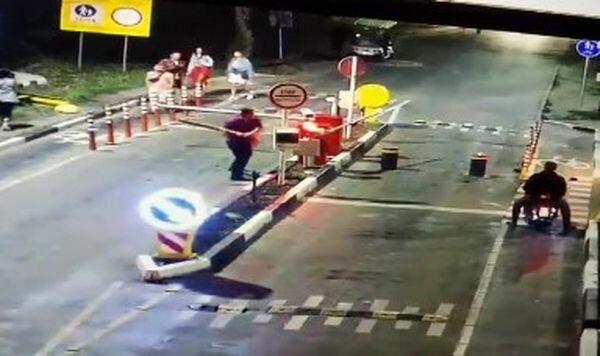 """Пьяный неадекват разгромил въезд на Труханов остров, видео: """"Не понравилась..."""""""