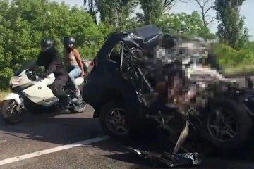 """Столкновение с грузовиком привело к масштабному ДТП на украинской трассе, есть жертвы: """"в машине был ребенок..."""""""