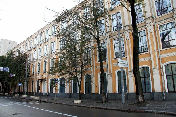 Київський суд під загрозою вибуху, триває евакуація