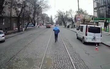 Українець прославився в мережі після епічної погоні за трамваєм: відео розлетілося по мережі