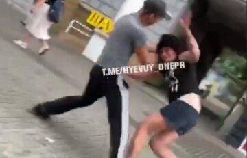 """У центрі Дніпра чоловік побив дівчину, кадри: """"Негарно висловлювалася на адресу..."""""""