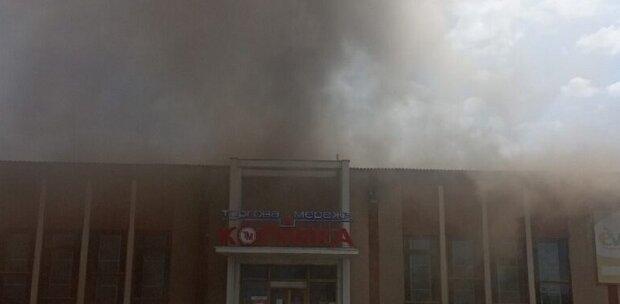 Пожар охватил торговый центр на Одесчине: кадры с места ЧП