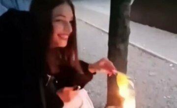 """""""Навіщо ти це робиш, дурочка?"""": школярка підпалила український прапор, відео"""