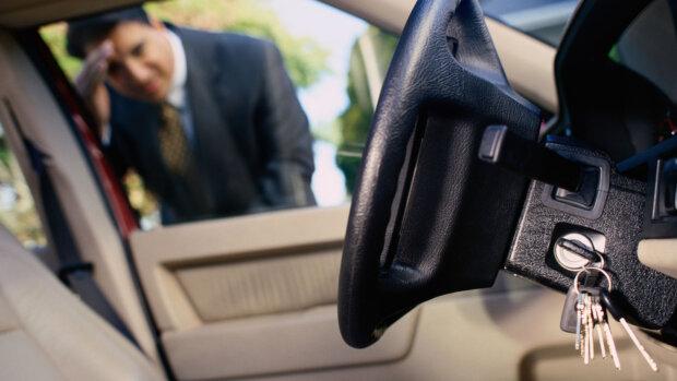 Как открыть машину, если ключи остались в салоне: три действенных способа