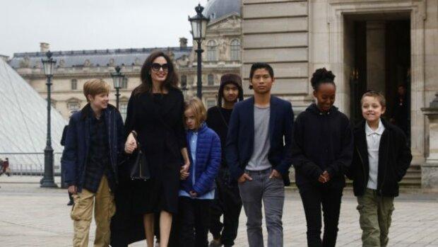 Анджелина Джоли разрешает детям фильмы 18+, вино и ругаться матом: няня ошарашила правдой, «никаких правил»