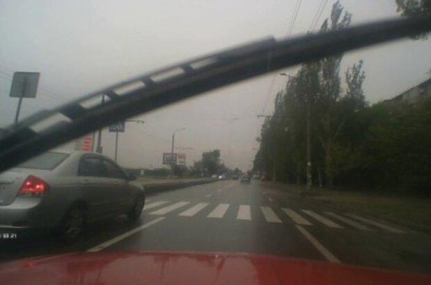 """Таксист вразив неадекватною витівкою жителів Дніпра, фото облетіло мережу: """"прямо на переході"""""""