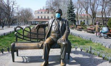 Пушкіна, Утьосова та інших захистили від коронавіруса в Одесі: дивовижні фото