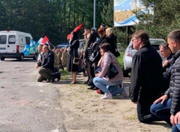 Павшего на Донбассе защитника встречали на коленях: его не стало еще 3 месяца назад