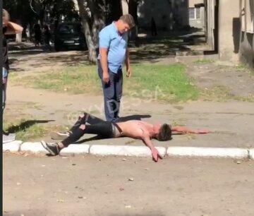 "В Одессе малолетний неадекват напал на преподавателя, видео: ""Бил кулаками и прыгал"""