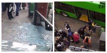 У центрі Харкова тролейбус влетів у зупинку: кадри того, що відбувається