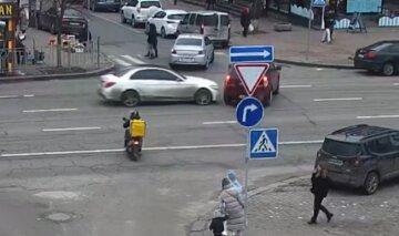"""У Києві жінка грубо порушила ПДР і на швидкості влетіла в інше авто: машини """"всмятку"""", кадри"""