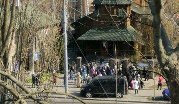 """В Киеве толпа людей наплевала на карантин и бросилась в церковь: """"Пришли с грудничками"""""""