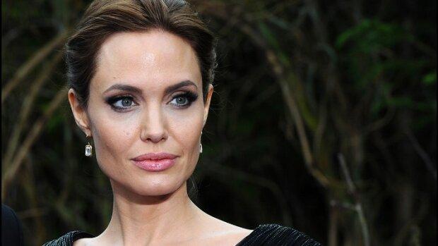 Джоли без белья вышла на улицу и напугала своей худобой: фото