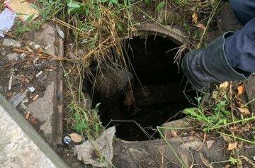 Украинка присела отдохнуть и оказалась в канализации: фото ЧП
