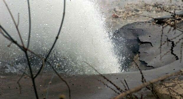 У Києві дорога пішла під воду біля метро: відео НП