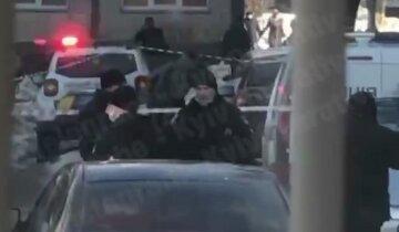 У Києві знайшли вибухівку у дворі: на місце терміново виїхала поліція і вибухотехніки, фото