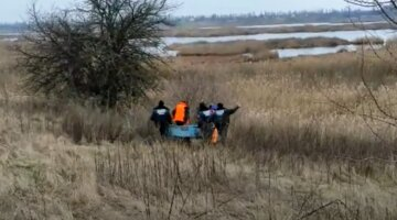 Под Киевом из реки достали тело мужчины: детали и видео с места трагедии