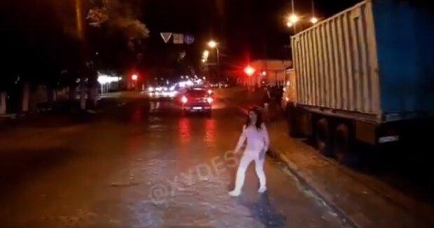 Молода одеситка кидалася під колеса авто: момент потрапив на відео